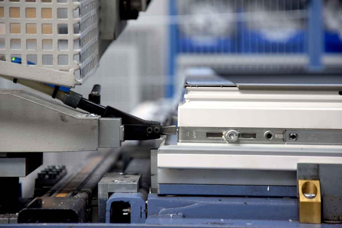 Beschlagteilmontage am HeKa-Produktionsstandort in Löbnitz: Dank der innovativen mikrokristallinen Beschichtungstechnologie der neuen Roto-Beschlagteile verfügen die besonders beanspruchten Komponenten über einen über die geltende Norm (DIN EN 13126-8) hinausgehenden Korrosionsschutz.