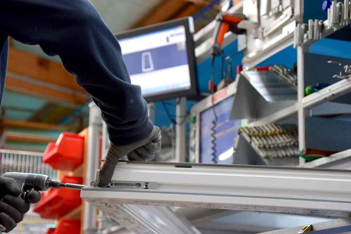 Montage von neuen Roto NX-Beschlagteilen in der Produktion der HeKa in Löbnitz.