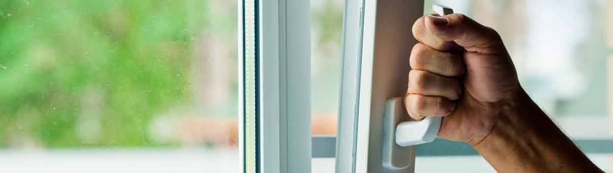 """Innovative Technologie: Uli Teubner (Roto) und Andreas Heilig (HeKa) führen den in einem HeKa-Fenster verbauten KippSi-Verschluß vor, der hohe Sicherheit auch in Kippstellung bietet. Herzstück sind die neuen Roto-Sicherheitsschließstücke für Kipplüftung aus dem neuen Drehkipp-Portfolio """"Roto NX""""."""
