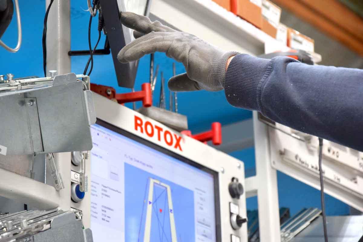 Passgenaue Montage der Beschlagteile aus der ROTO NX-Generation in der Produktionsanlage der HeKa in Löbnitz an der ROTOX-Maschine.