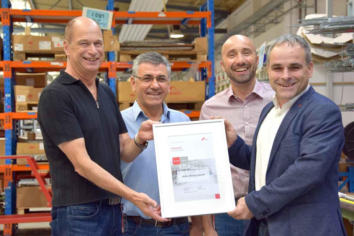Erfolgreiche Partnerschaft: Ulrich Teubner von Roto überreicht HeKa-Geschäftsführer Hans-Dieter Herzog, Produktionsleiter Necmettin Kara und Vertriebsleiter Andreas Heilig die Roto NX-Partnerschaftsurkunde.